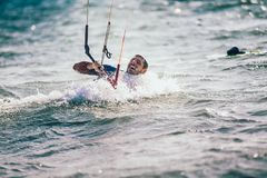 Kitesurfing Kiteboarding行动在波浪中的照片人 免版税库存图片