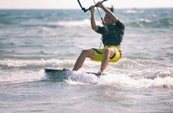 Kitesurfing, Kiteboarding akci fotografie, mężczyzna wśród fala Fotografia Stock