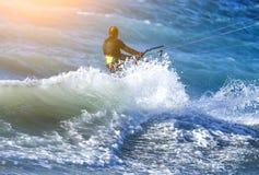 Kitesurfing, Kiteboarding akci fotografie, mężczyzna wśród fala szybko iść obraz stock