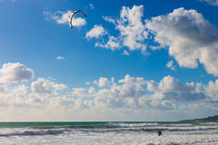 Kitesurfing Kiteboarding en ondas en el océano Imágenes de archivo libres de regalías