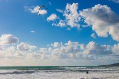 Kitesurfing Kiteboarding op golven in oceaan Royalty-vrije Stock Afbeeldingen