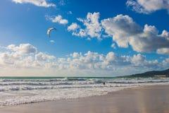 Kitesurfing Kiteboarding på vågor i havet royaltyfri foto