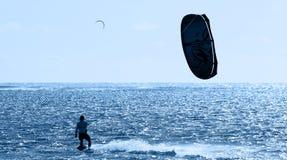Kitesurfing in Mauritius stock afbeelding
