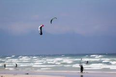 Kitesurfing an Muizenberg-Strand Stockfotografie