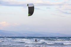 Kitesurfing na Lady& x27; s mily plaża, Limassol, Cypr Obrazy Royalty Free