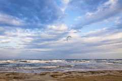 Kitesurfing na Lady& x27; s mily plaża, Limassol, Cypr Fotografia Royalty Free