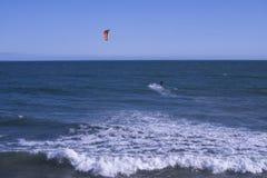Kitesurfing na praia de Malibu, CA Imagens de Stock Royalty Free