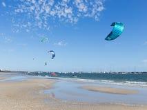 Kitesurfing nel porto di Melbourne in Australia Immagine Stock