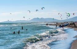 Kitesurfing no mar de adriático em Ulcinj, Montenegro, Europa Fotos de Stock