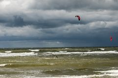 Kitesurfing no mar tormentoso Foto de Stock Royalty Free