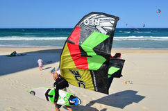 Kitesurfing no paraíso Queensland Austrália dos surfistas foto de stock