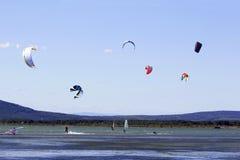 Kitesurfing o windsurf Fotografie Stock Libere da Diritti