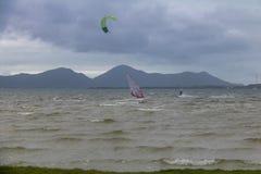 Kitesurfing och surfing på Lagoa da Conceicao - Florianopolis, Santa Catarina, Brasilien Arkivbild