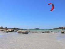 Kitesurfing om de Rotsen Stock Foto's