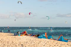Kitesurfing op het strand Royalty-vrije Stock Afbeeldingen