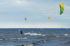 Kitesurfing på en blåsig dag royaltyfri foto