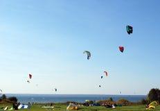 Kitesurfing på Pleshcheevy sjön Arkivfoton