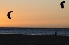 Kitesurfing på solnedgången Royaltyfri Bild