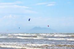 Kitesurfing på stranden Rasa i Armacao DOS Buzios nära Rio de Jane royaltyfria bilder