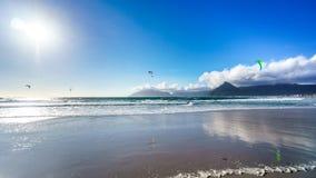 Kitesurfing på strandgemenskapen av Het Kommitjie nära Cape Town Arkivbild