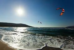 Kitesurfing in Prasonisi rhodos Griekenland stock foto's