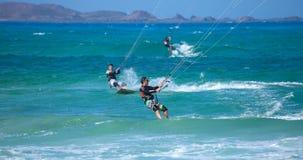 Kitesurfing praticando (kiteboarding) na bandeira Beac de Corralejo Fotos de Stock Royalty Free