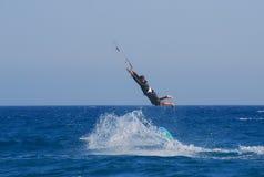 ¡Kitesurfing sin tirantes mientras que deja vaya del tablero! Imágenes de archivo libres de regalías