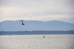Kitesurfing som kiteboarding Royaltyfria Bilder