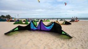 Kitesurfing sportar för aktivt folk stock video