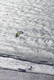 Kitesurfing sulla spiaggia. fotografia stock