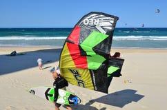 Kitesurfing in Surfersparadijs Queensland Australië Stock Foto