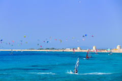 Kitesurfing surfing i Grekland arkivfoton