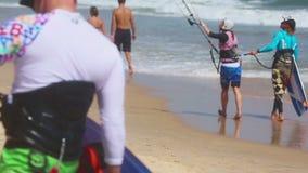 Kitesurfing-Training auf dem Strand von Mui Ne stock video