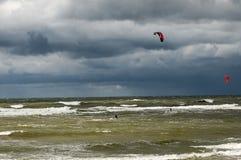 Kitesurfing w burzowym morzu Zdjęcie Stock