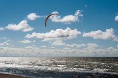 Kitesurfing w burzowym morzu Obrazy Royalty Free