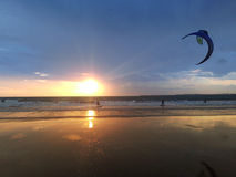 Kitesurfing w dniu słońce Fotografia Stock