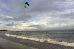 Kitesurfing w złotej fala Zdjęcie Stock