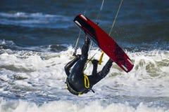 Kitesurfter à l'envers photographie stock libre de droits