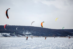 kiting在一个冻湖的一个雪板的雪 免版税图库摄影