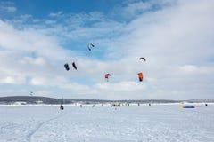 kiting在一个冻湖的一个雪板的雪 图库摄影