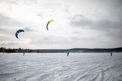 kiting在一个冻湖的一个雪板的雪 免版税库存图片
