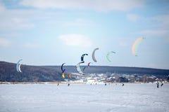 kiting在一个冻湖的一个雪板的雪 免版税库存照片