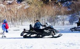 kiting的河滑雪多雪的体育运动冬天 免版税库存照片