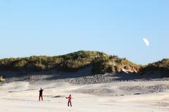 Kiting alla spiaggia dell'isola di Ameland, Olanda Immagini Stock