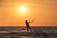 Kiting auf Sonnenuntergang lizenzfreie stockbilder