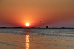 Kiting bij zonsondergang bij Milos-strand in Lefkada, Griekenland - Stock Afbeelding