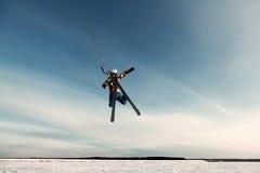 Kiting em um snowboard em um lago congelado Fotografia de Stock