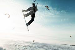 Kiting em um snowboard em um lago congelado Foto de Stock Royalty Free
