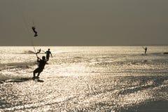 Kiting en la puesta del sol Foto de archivo libre de regalías