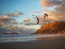 Kiting op Famara-strand op Lanzarote, Spanje royalty-vrije stock afbeeldingen